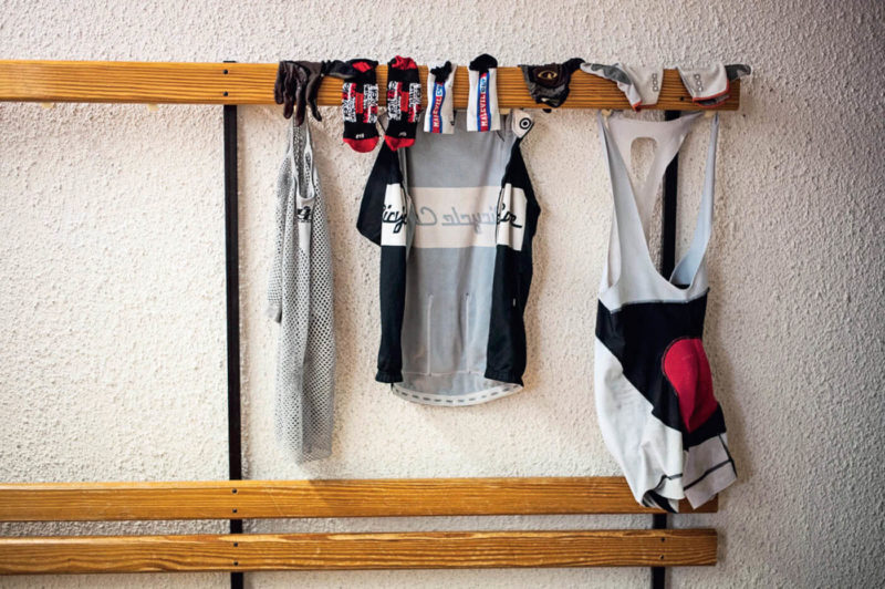So kannst du deine Sportkleidung am besten waschen